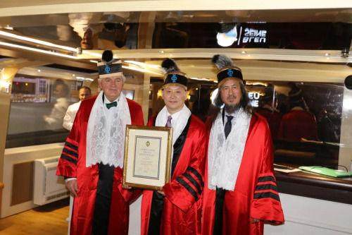 安特-格利博达副院长(左)、毕征庆院士(右)为赵春华颁授院士证书。