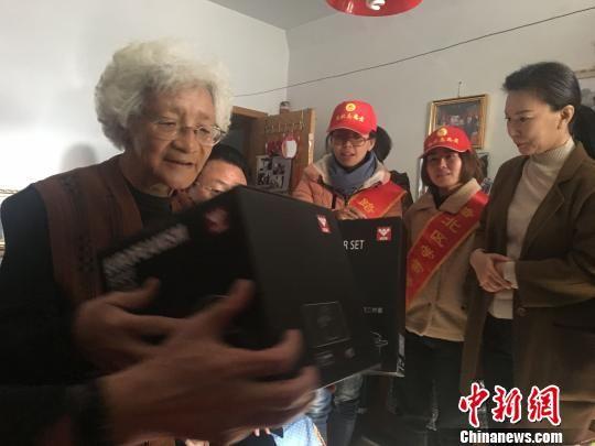 臧岚(左)向看望她的的志愿者心口相传志愿服务的经验和体会。 白云水 摄