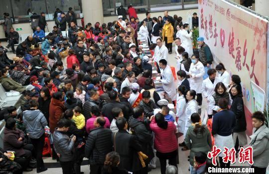 在签约仪式举行前,首都医科大学宣武医院9名专家在容城县人民医院义诊,义诊活动服务雄安新区民众200余人次。 韩冰 摄