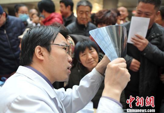 图为首都医科大学宣武医院专家在为民众义诊。 韩冰 摄
