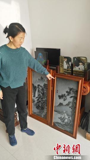 图为方士英在展示她的作品。 陈林 摄