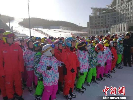 图为参加此次冰雪体验活动的300余名中小学生全部来自当地建档立卡贫困家庭。 王春亮 摄