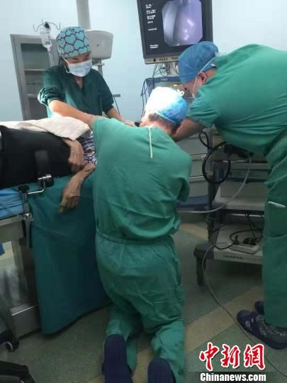 """河北一医生""""跪姿""""为患者做手术 河北省人民医院供图 摄"""