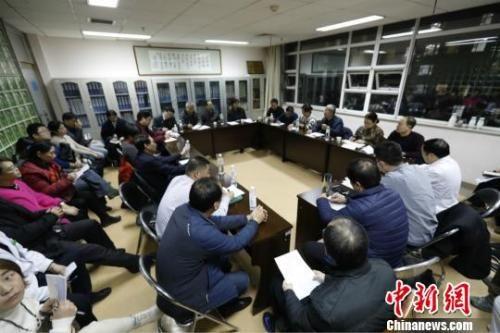 图为来自北京与河北省的专家进行会诊。 张帆 摄