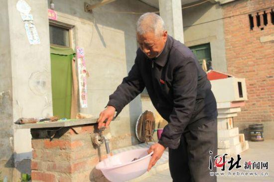 侯小生老人在做家务。