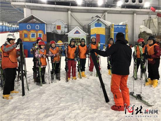 12月3日,河北省第一期冬奥医疗保障人员滑雪技能培训暨大众冰雪社会指导员培训在石家庄启动。