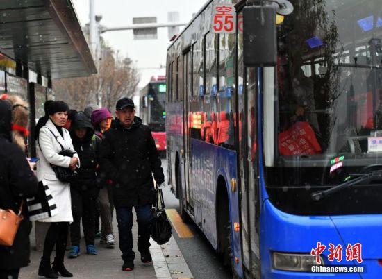 12月5日,河北石家庄,降雪天气影响市民出行。据了解,受较强冷空气影响,今日起未来三天,该省各地最低气温将明显下降,降温幅度普遍在6~8℃之间,其中北部地区局地可达8~12℃。图为很多市民选择公交出行。