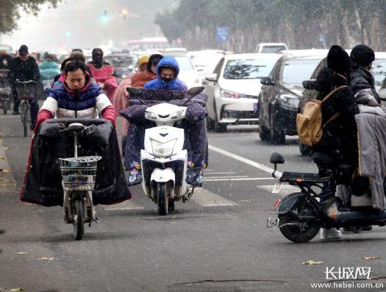 雪中出行。记者 刘澜澜 摄