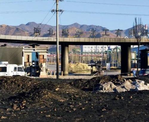 爆炸之后,河北盛华化工有限公司大门外及周边区域,一片焦黑。摄影 董洁旭
