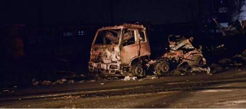 30多辆大货车在爆燃事故中毁坏。摄影 董洁旭