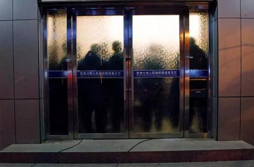 """11月28日晚上,张家口市政府新闻办召开新闻发布会,通报了""""11・28 """"爆燃事故有关情况。摄影 董洁旭"""