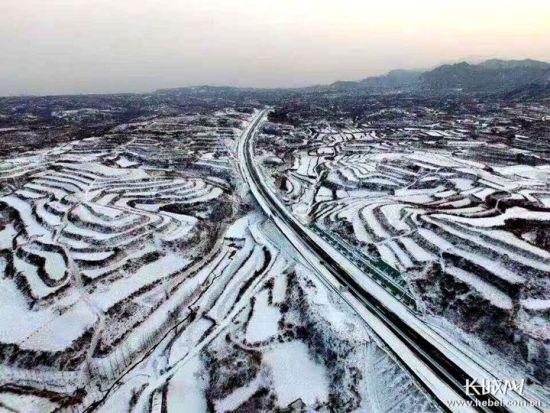 太行山高速。记者 刘潇 摄