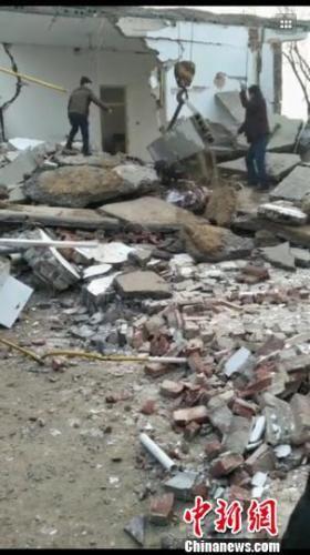 图为房子已被炸塌。现场村民提供的视频截图