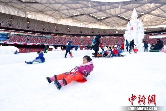 """1月6日,首届""""相约2022""""冰雪文化节正式开幕。图为第十届鸟巢欢乐冰雪季主场全面对外开放。 中新社记者 富田 摄"""