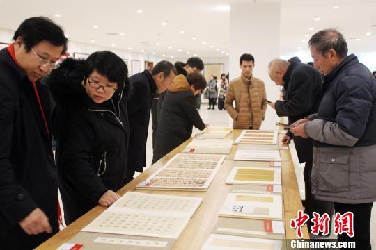 入展作品引众多书法爱好者围观。 徐巧明 摄