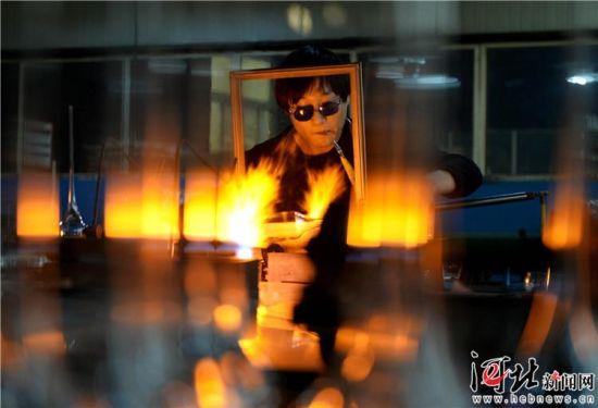 1月10日,河间市明尚德玻璃科技股份有限公司生产车间内,企业员工人在生产玻璃器皿。