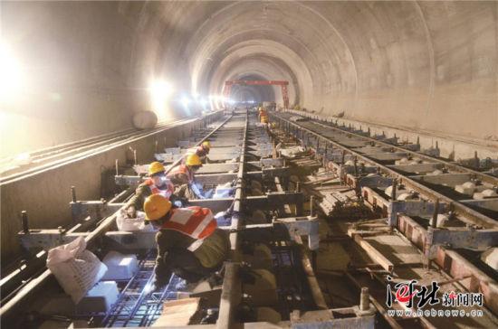 日前,崇礼铁路孙家庄隧道无砟轨道浇筑完毕。图为建设者施工最后一板无砟轨道时的场景。通讯员曲志忠摄