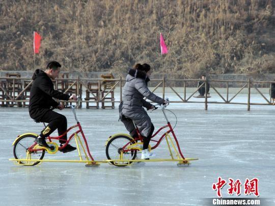 游客冰上骑自行车。 徐巧明 摄