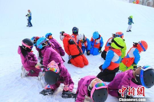 图为专业教练与孩子们做热身运动。 李云龙 摄