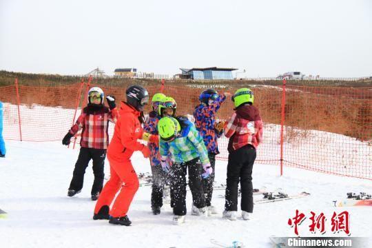 """图为孩子们和教练玩起了""""打雪仗""""。 李云龙 摄"""