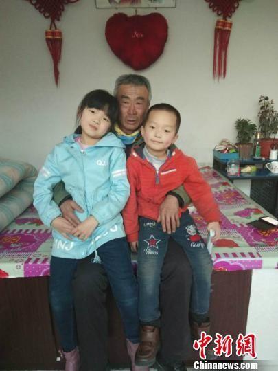 图为李玉宝大爷和孙子孙女合影。 受访者供图