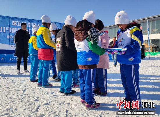 """学生们""""雪地能量传递""""。 李宏宇 摄"""