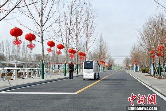 图为市民服务中心内,一辆行驶中的无人车。中新社记者 韩冰 摄