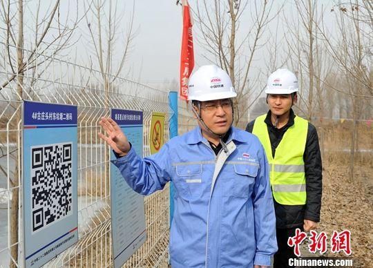 图为马宝成介绍治理后的坑塘。中新社记者 韩冰 摄