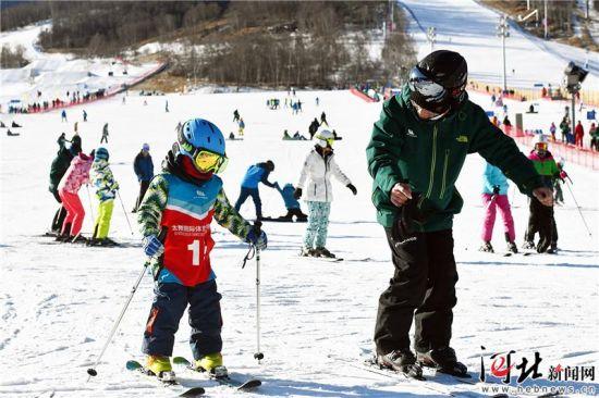 """""""2019世界雪日暨国际儿童滑雪节""""在中国区主会场太舞滑雪小镇开启。图为活动现场。 记者刘雅静 通讯员马佳琦摄"""