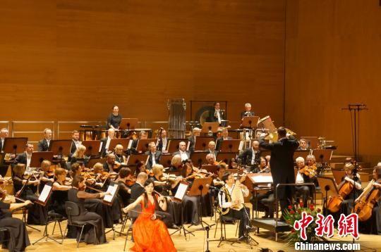 """""""欢乐春节――中国新春音乐会""""演出现场,中波艺术家联袂演奏。 贾锐 摄"""