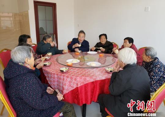 """村里的老人在""""幸福食堂""""共进""""免费午餐""""。 徐巧明 摄"""