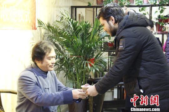 非瑞按照中国传统拜师礼向师傅敬茶。 陈昊 摄