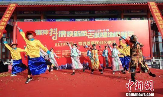 古装男女集体炫舞原创抖音《嗨!易县》。 冯英华 摄