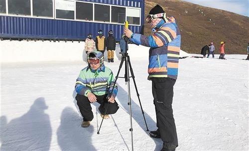 姬雪帅(左)和队友们搭起支架,用红外测温仪测量雪温。本报记者 郭静原摄