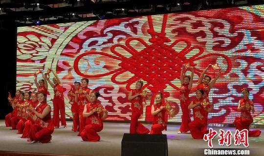 村民表演歌舞《红红火火中国结》 张桂芹 摄