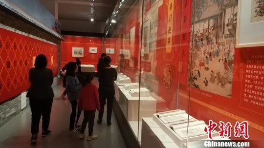 民众参观年画专题展。 王鹏 摄