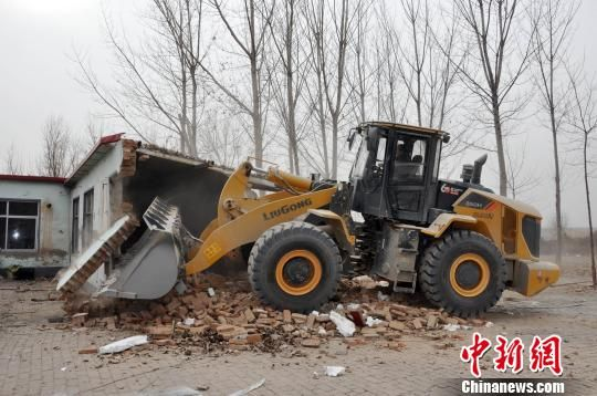 图为2019年1月30日,位于保定市清苑区石桥乡西石桥村河道旁的违法建筑被依法拆除。 郑玺静 摄