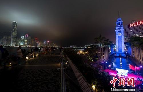 资料图:香港尖沙咀蓝色钟楼与维多利亚港夜景交相辉映。中新社记者 张炜 摄