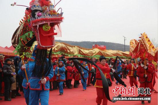 大庙会开幕式现场,红黄绿白黑五条彩龙同时起舞。 匡紫倩 摄