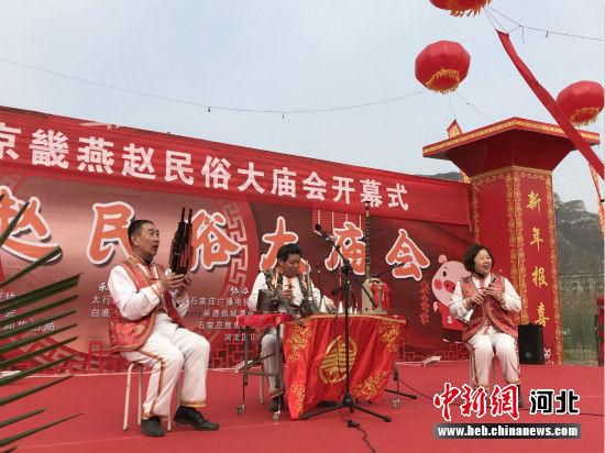 省级非遗项目休门吹歌传承人付锡芬(中)带领休门吹歌艺术团展示吹歌艺术。 李易真 摄