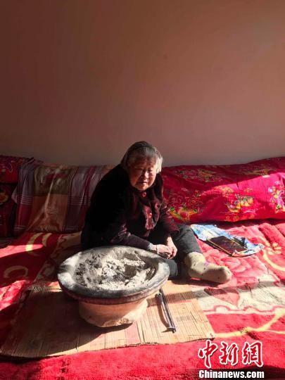 图为村中最年长的马梅花。 张帆 摄