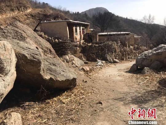 图为磨子沟村已经无人居住的房屋。 张帆 摄