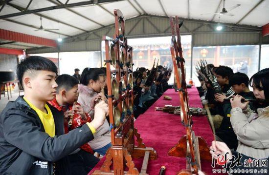 2月5日,圈头村音乐会在雄安新区安新县圈头乡东街村举行,来自本地的老艺人和孩子们一起使用多种民间乐器进行了演奏。 记者陈建宇摄