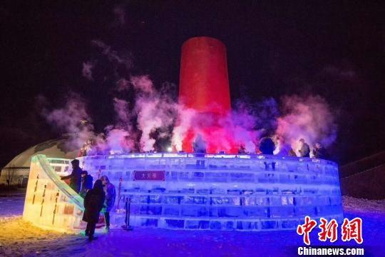 直径达17米、高度达8米的冰雕火锅 许以海 摄