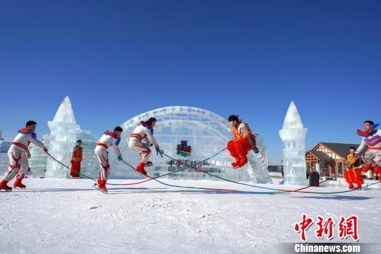 冰上游玩 许以海 摄