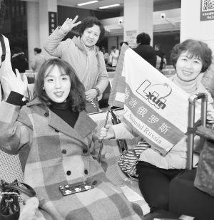 图为即将出境的旅客高兴地候机。   本报记者   张晓峰 摄