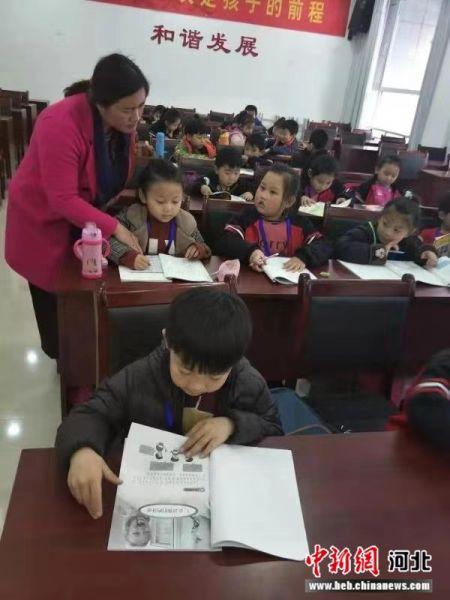 济华小学成立了教师志愿者团队,向教师志愿者发放聘书。 李铁锤 摄