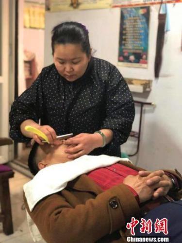 入行25年,郭燕坚持用老手艺剃头、刮脸、理发。 李铁锤 摄
