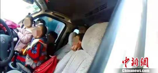 面包车副驾驶位置就挤坐着4名孩子,该车实载25人,超员257% 。邢台市公安交通警察支队供图