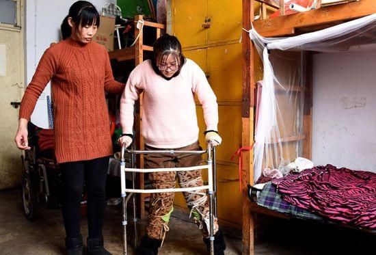 3月12日,李娜在母亲周光磊的帮助下进行康复训练。 新华社记者朱旭东摄